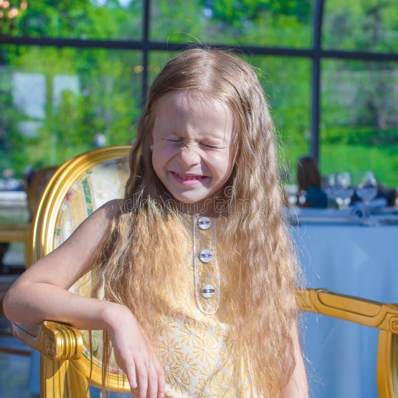 Porträt des lächerlichen lustigen kleinen Mädchens stockfotos