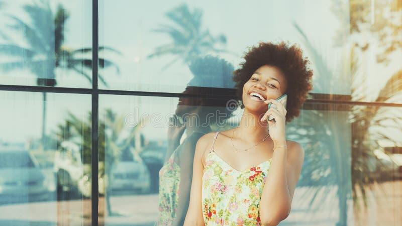 Porträt des Lachens des schwarzen brasilianischen Mädchens, das am Telefon spricht lizenzfreies stockfoto