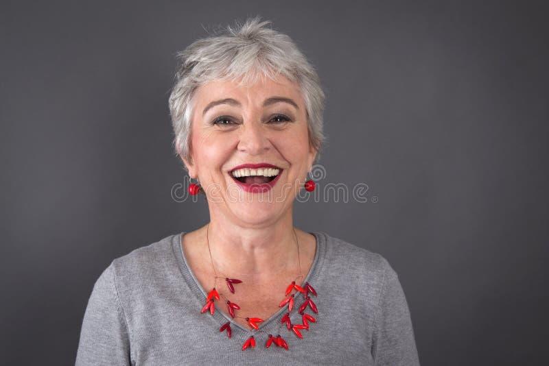 Porträt des Lachens grauhaariger Dame lizenzfreies stockfoto