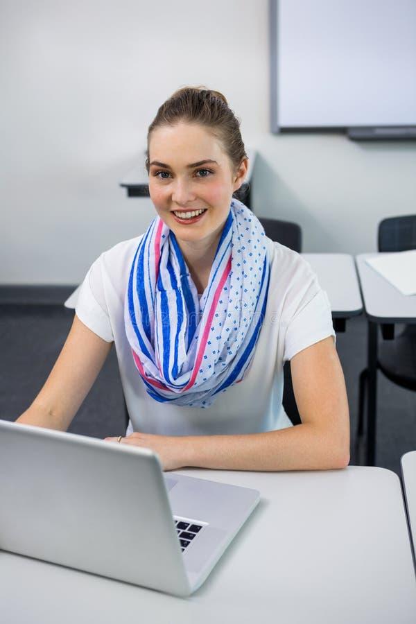 Porträt des Lehrers, der Laptop im Klassenzimmer verwendet stockfotos
