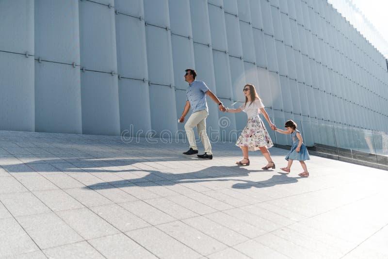 Porträt des liebenden Familienkonzeptes Immer gl?cklich zusammen lizenzfreie stockfotografie