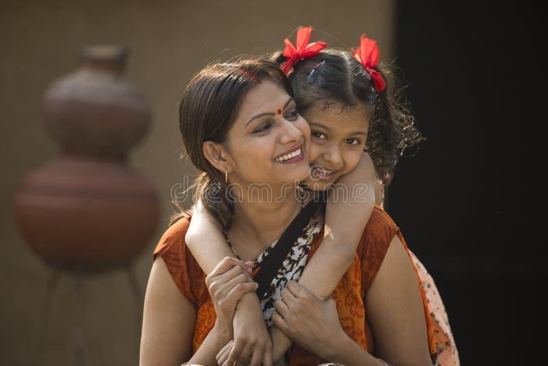 Porträt des Liebens der indischen Mutter und der Tochter am Dorf lizenzfreies stockfoto
