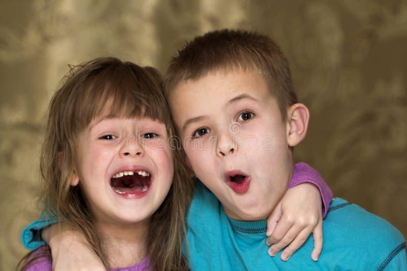 Porträt des lustigen entzückenden Bruders und Schwester lächeln und lachen zusammen lizenzfreie stockfotografie