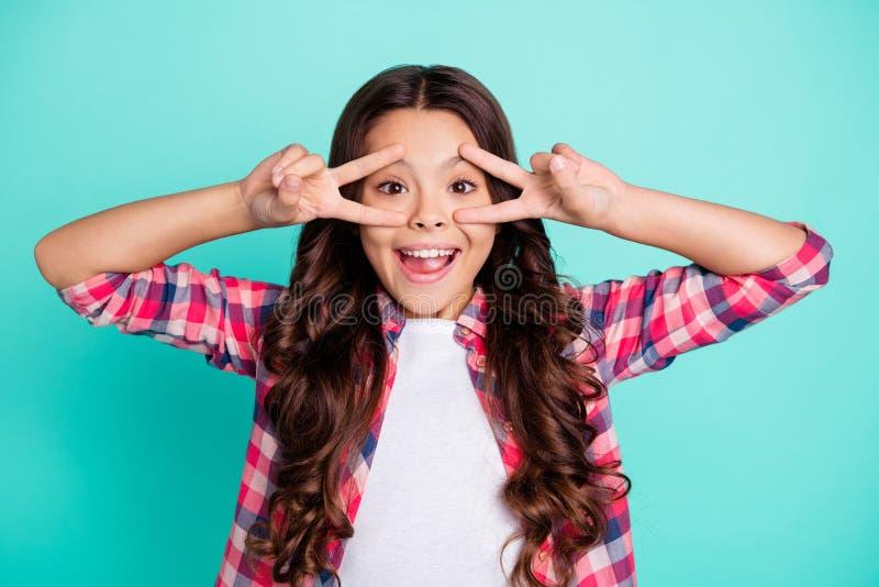 Portr?t des lustigen flippigen netten reizend netten Kindes, das Vzeichen erstaunt beeindruckt zu machen entspannen sich Wochenen stockfotografie