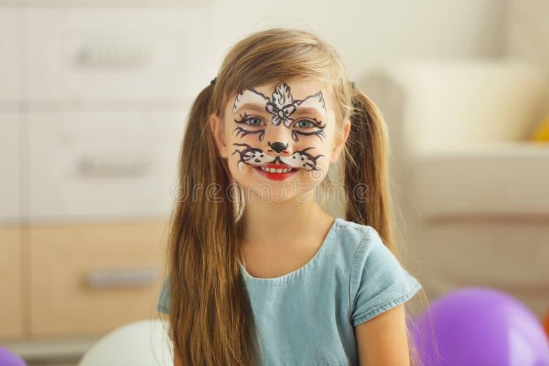 Porträt des lustigen Mädchens mit Gesichtsmalerei lizenzfreies stockfoto