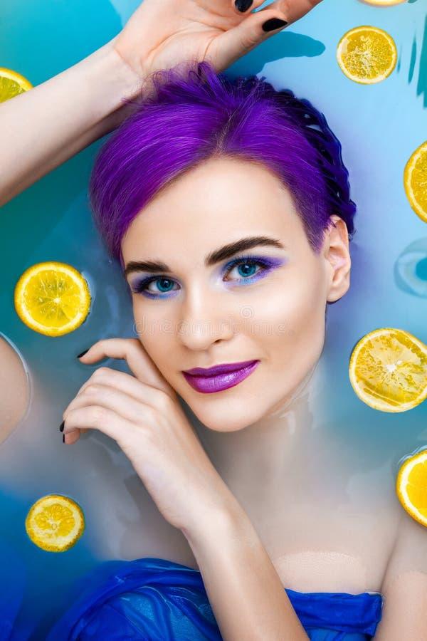 Porträt des Luxusmodells der jungen netten weiblichen Mode in der Badewanne mit Blumen lizenzfreies stockfoto