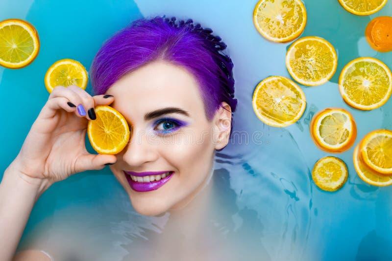 Porträt des Luxusmodells der jungen netten weiblichen Mode in der Badewanne mit Blumen lizenzfreie stockfotografie