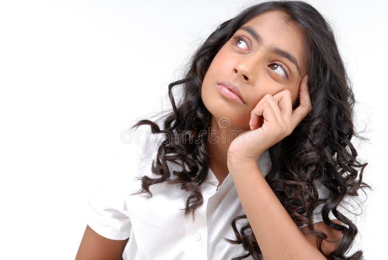 Porträt des Mädchendenkens stockfotos