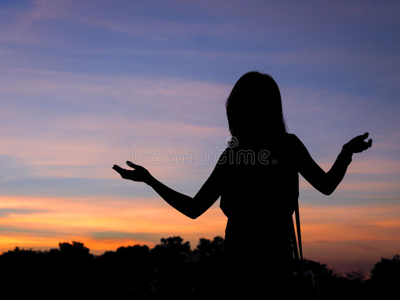 Porträt des Mädchens als Schattenbild mit Dämmerungshintergrund stockfotos