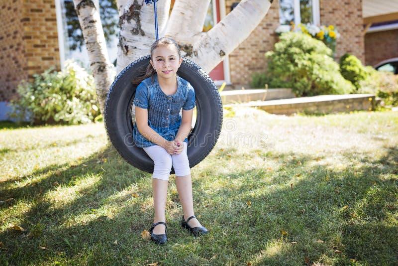 Porträt des Mädchens auf Reifenschwingen lizenzfreie stockfotografie