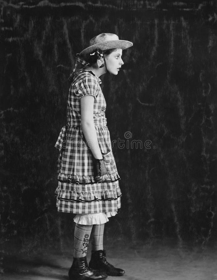 Porträt des Mädchens im Plaidkleid und Strohhut (alle dargestellten Personen sind nicht längeres lebendes und kein Zustand existi stockfoto