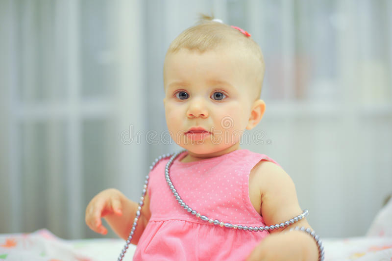 Porträt des Mädchens im rosa Kleid lizenzfreie stockfotos