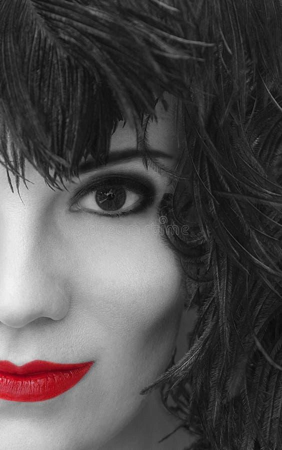 Porträt des Mädchens im schwarzen Federkopfschmuck Rauchiges Augenmake-up stockbild