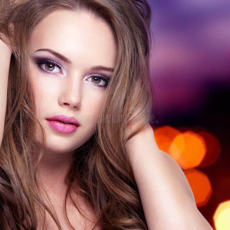 Porträt des Mädchens mit hübschem Gesicht mit den langen Haaren stockfotografie
