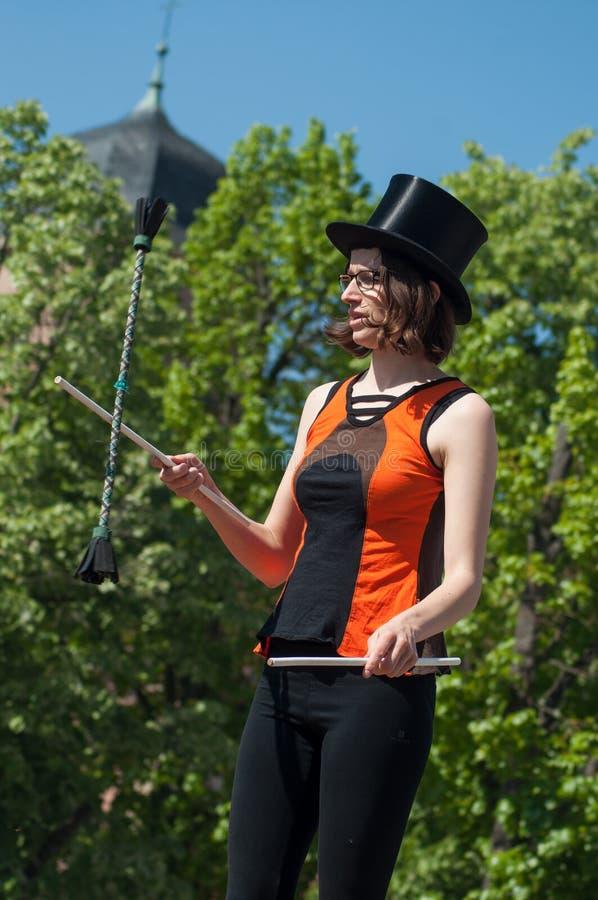 Porträt des Mädchens mit Hut jonglierend in der Straße lizenzfreies stockbild