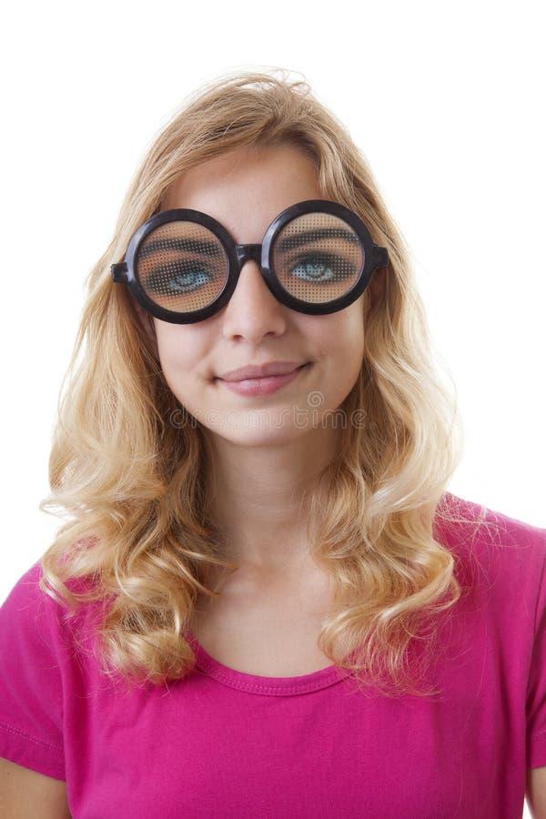 Porträt des Mädchens mit lustigen glases lizenzfreie stockfotografie