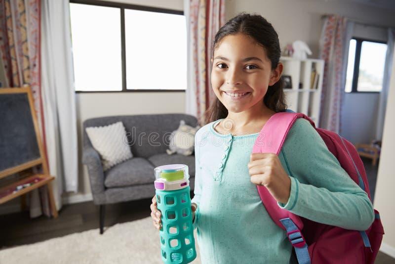 Porträt des Mädchens mit Rucksack im Schlafzimmer bereit, zur Schule zu gehen lizenzfreie stockfotografie