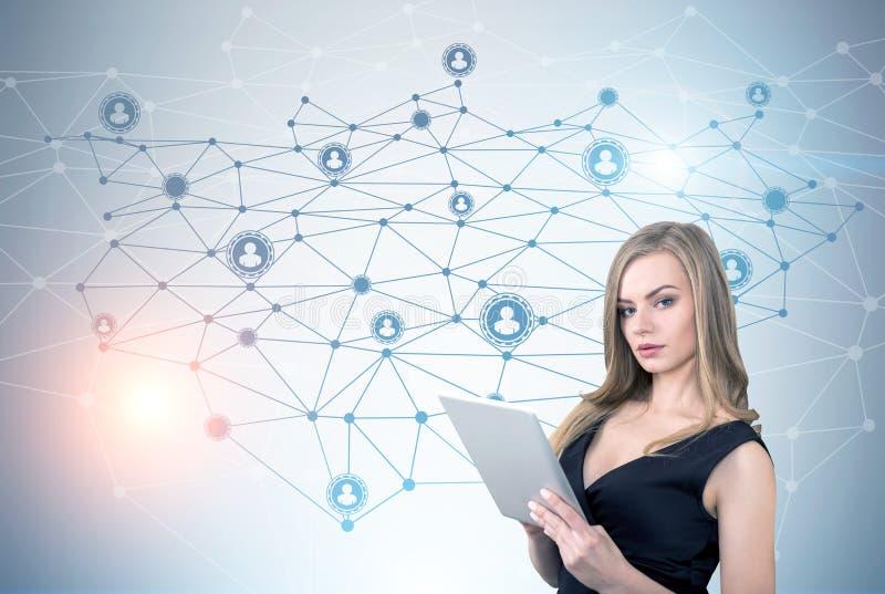 Porträt des Mädchens mit Tablette und Netz lizenzfreie stockfotografie