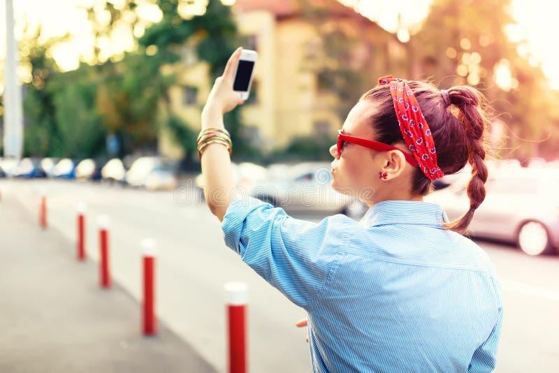 Porträt des Mädchens selfies am Musikfestival nehmend glücklich lizenzfreies stockbild