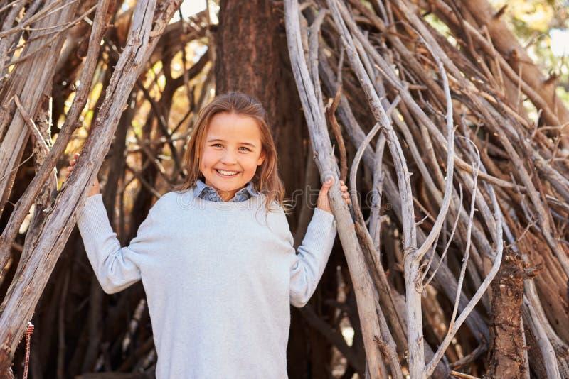 Porträt des Mädchens spielend in Forest Camp lizenzfreies stockfoto