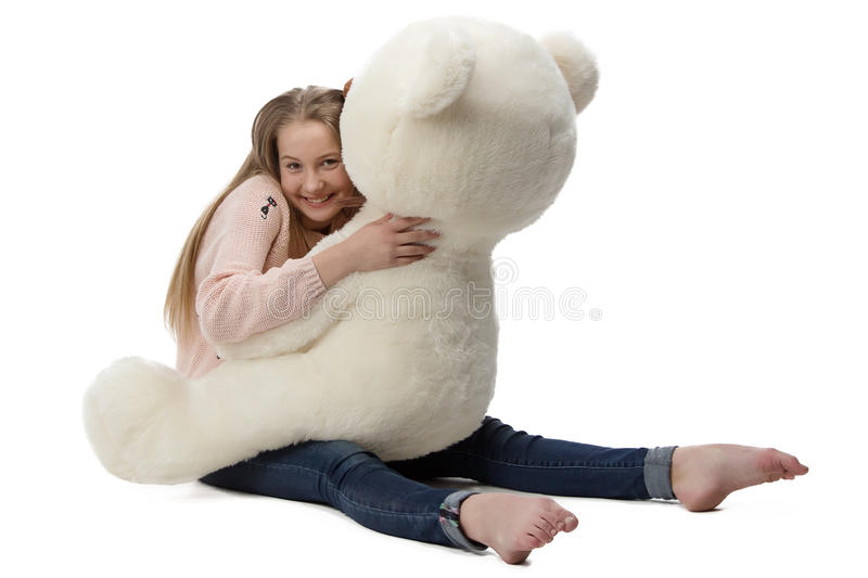 Porträt des Mädchens Teddybären umarmend lizenzfreie stockfotografie