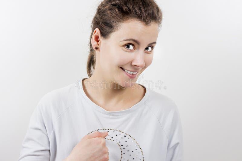 Porträt des Mädchens zeigend auf  Frau ist überrascht und zeigt auf mit dem Finger Fragender Ausdruck lizenzfreie stockfotografie