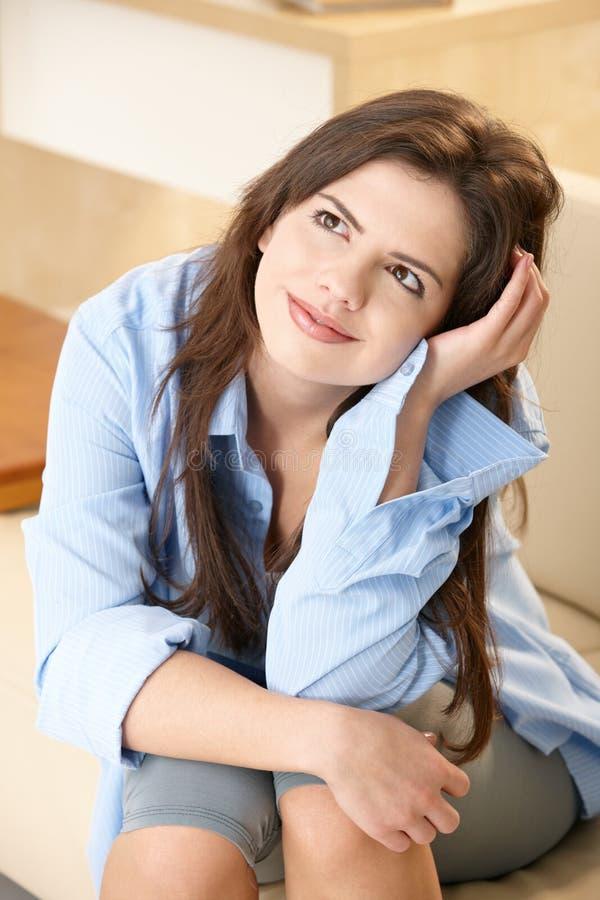 Porträt des Mädchens zu Hause lizenzfreie stockfotos