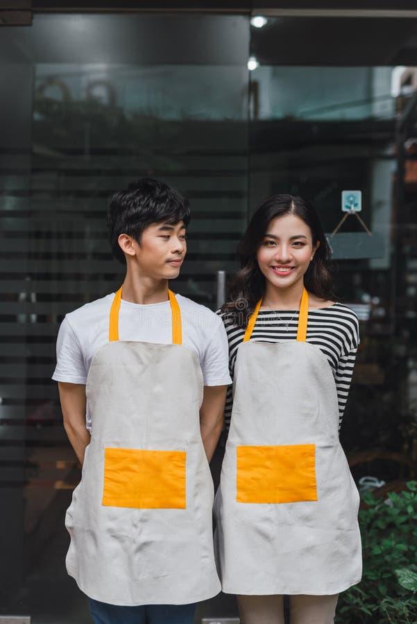 Porträt des männlichen und weiblichen Floristen Outside Shop lizenzfreies stockbild