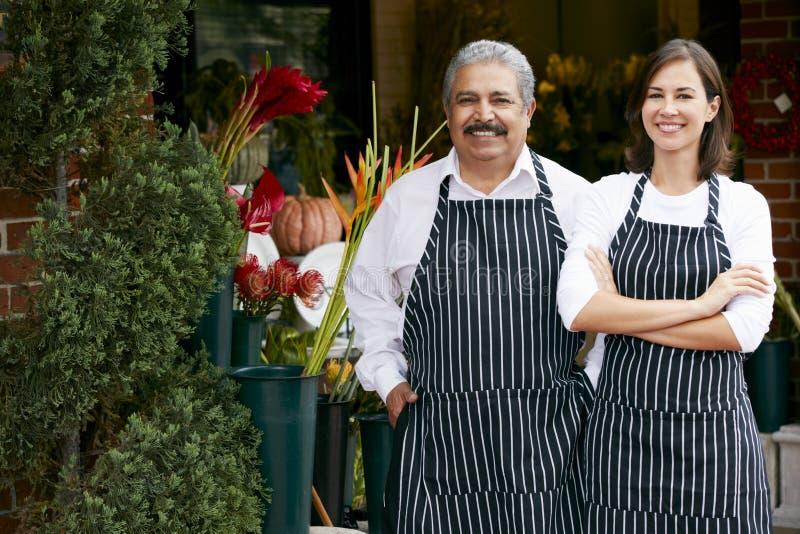 Porträt des männlichen und weiblichen Floristen Outside Shop lizenzfreies stockfoto