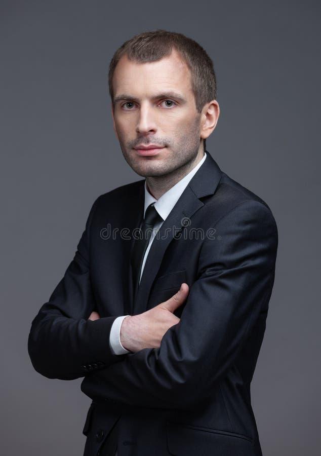 Porträt des Managers mit den gekreuzten Händen lizenzfreies stockbild