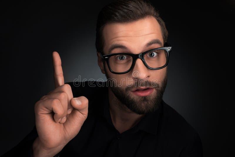 Porträt des Mannes in den Brillen oben zeigend lizenzfreies stockfoto