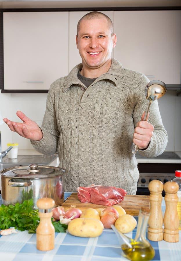 Porträt des Mannes an der Küche lizenzfreies stockbild