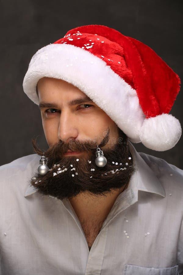 Porträt des Mannes des neuen Jahres, langer Bart mit Weihnachtsdekorationen stockbilder