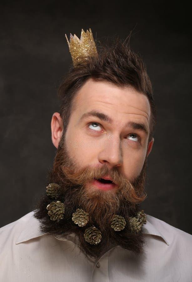 Porträt des Mannes des neuen Jahres, langer Bart mit Weihnachtskegeln stockfotos
