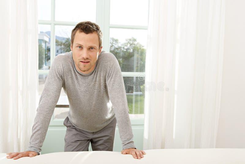 Porträt des Mannes durch Fenster. lizenzfreies stockfoto