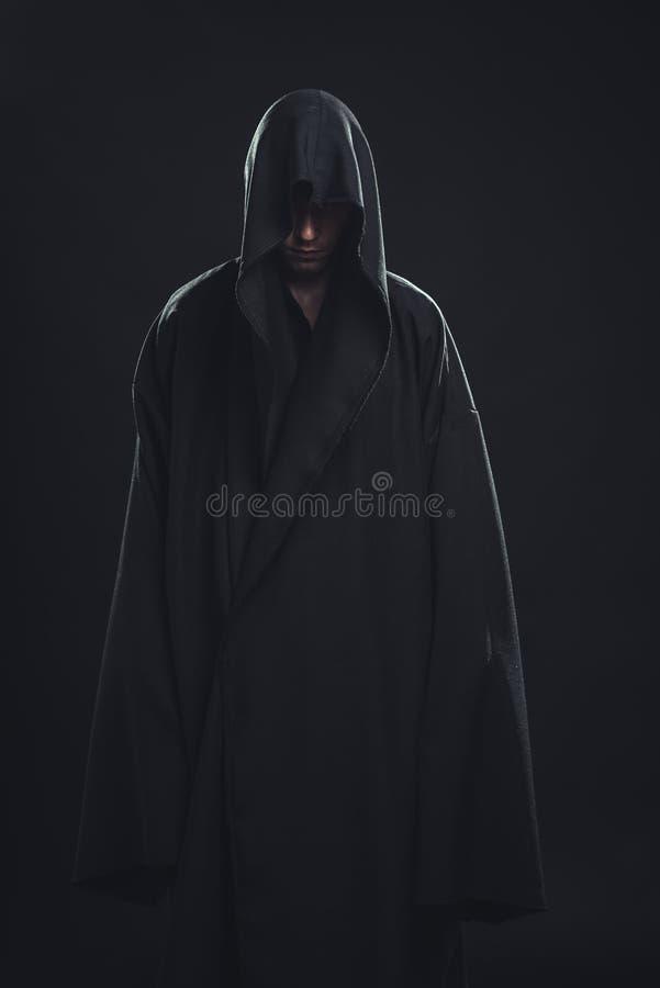 Porträt des Mannes in einer schwarzen Robe stockfotografie