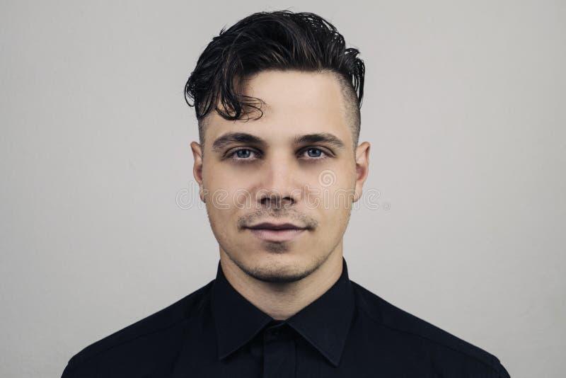 Porträt des Mannes im formalen Kleidungshemd und der perfekten sauberen Haut auf grauem Hintergrund mit studion Licht, belichtete lizenzfreies stockbild