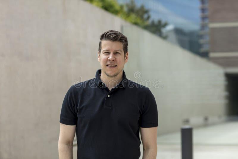 Porträt des Mannes nahe Bürogebäuden stockfotos