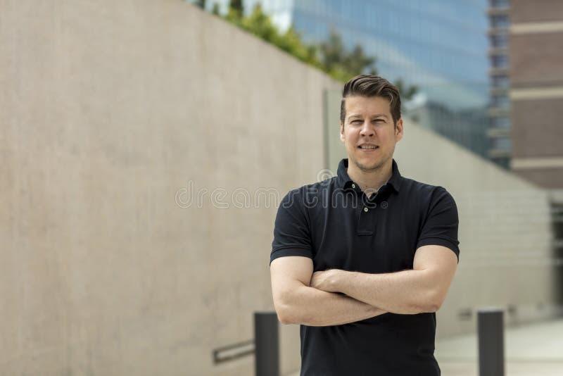 Porträt des Mannes nahe Bürogebäuden lizenzfreies stockfoto