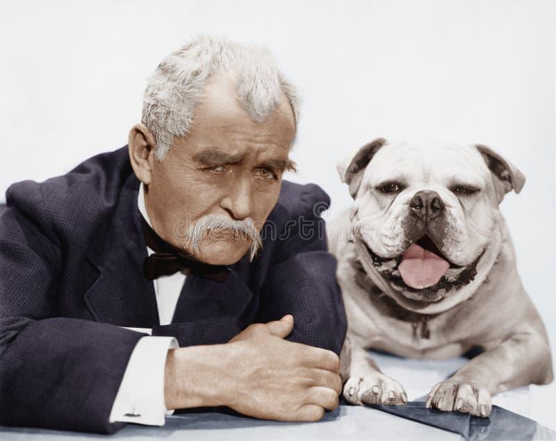 Porträt des Mannes und Hund (alle dargestellten Personen sind nicht längeres lebendes und kein Zustand existiert Lieferantengaran stockbilder