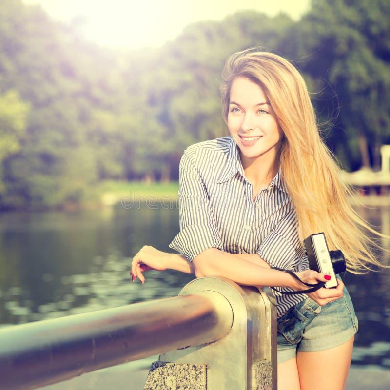 Porträt des Mode-Hippie-Mädchens mit Foto-Kamera lizenzfreies stockfoto