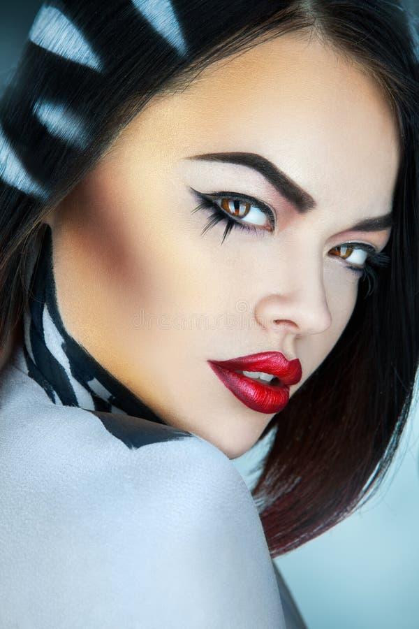 Porträt des Mode-Modells im Studio mit Streifen auf Haar im Bolzen stockfotografie