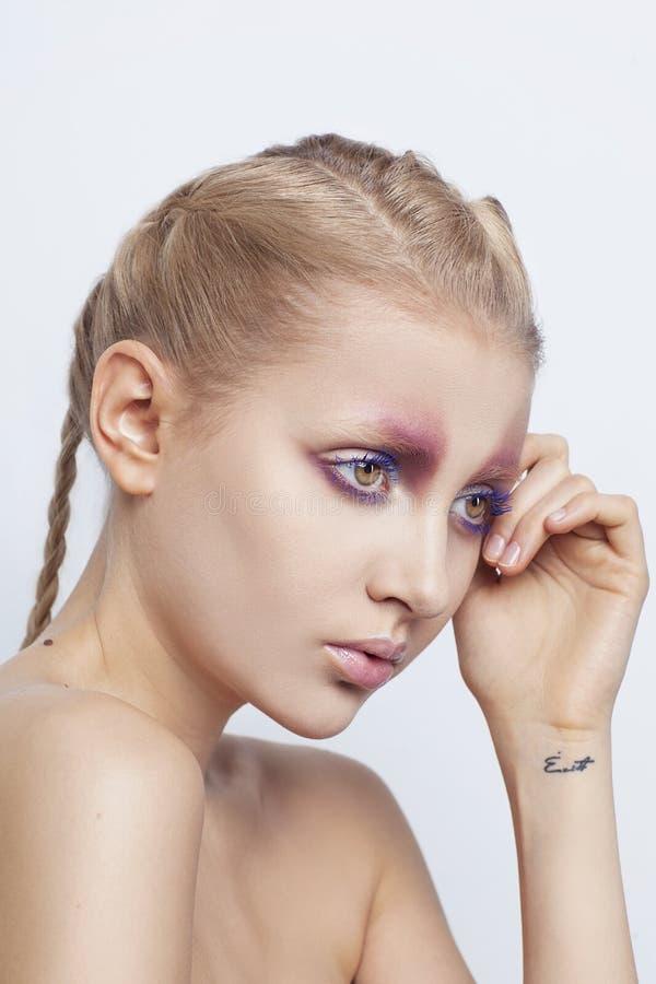 Porträt des Mode-Modells mit kreativen Arty bilden auf weißem Hintergrund lizenzfreie stockbilder