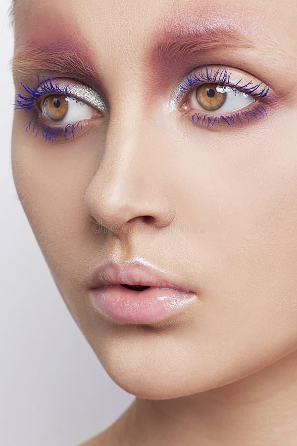 Porträt des Mode-Modells mit kreativen Arty bilden auf weißem Hintergrund stockfoto