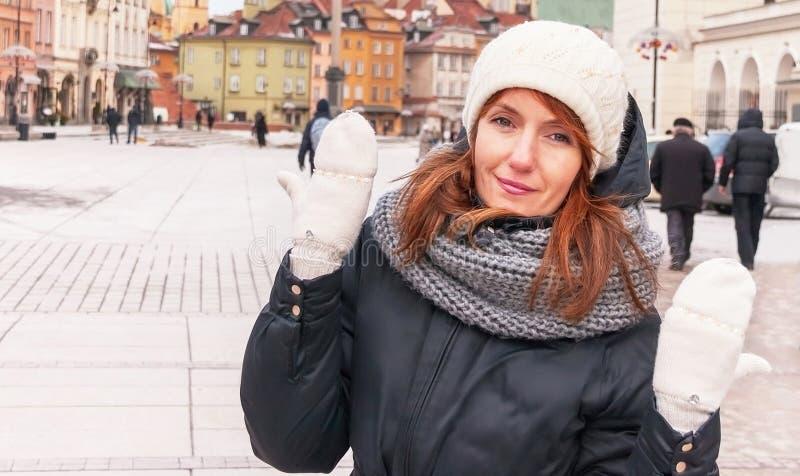 Porträt des modischen Hippie-Mädchens im Winter kleidet stockfotografie