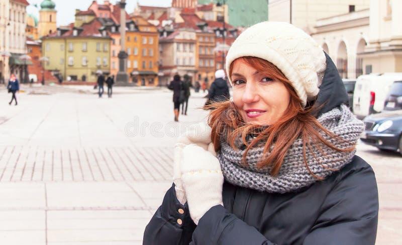 Porträt des modischen Hippie-Mädchens im Winter kleidet stockfoto