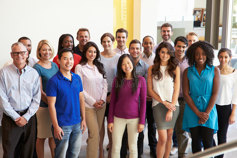 Porträt des multikulturellen Büropersonals stehend in der Lobby lizenzfreie stockfotografie