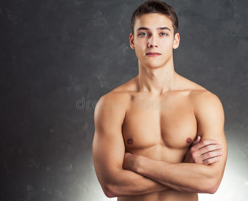 Porträt des muskulösen jungen Mannes lizenzfreies stockbild