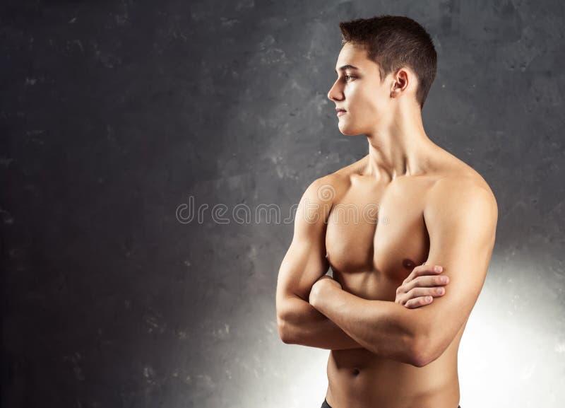 Porträt des muskulösen jungen Mannes stockfotos