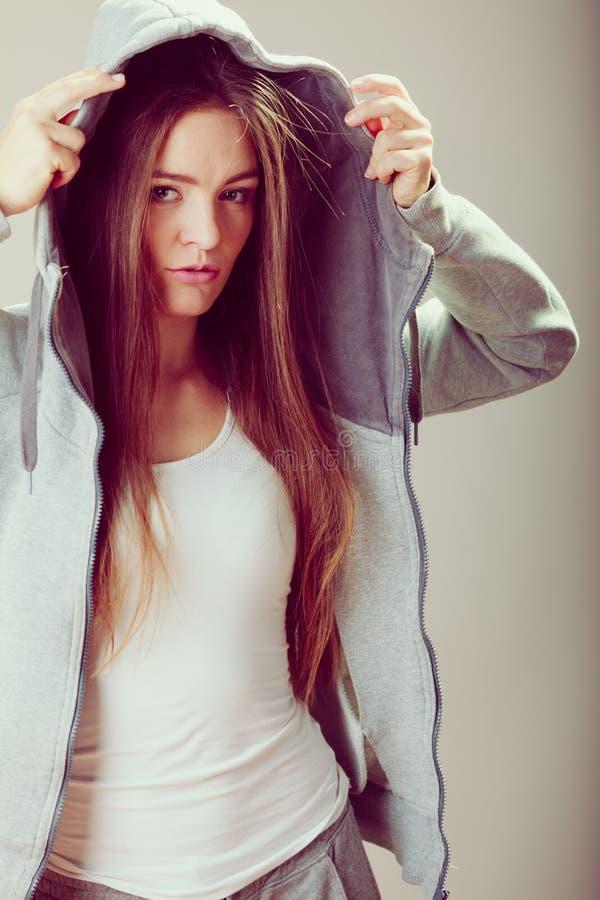 Porträt des nachdenklichen Jugendlichmädchens in der Haube stockfotos